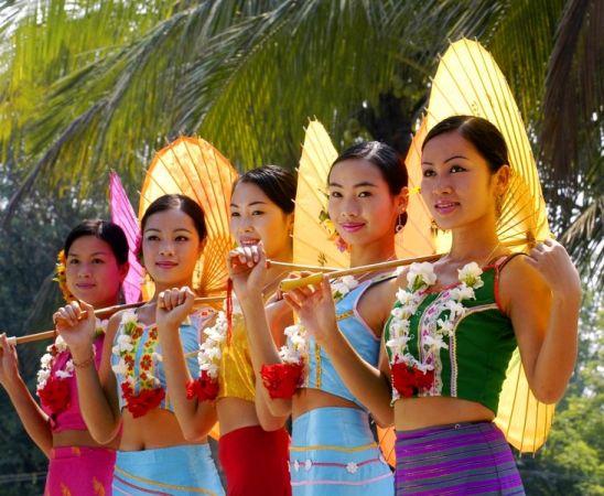 西双版纳 [云南]西双版纳万人欢度泼水节 和傣族美女一起湿身